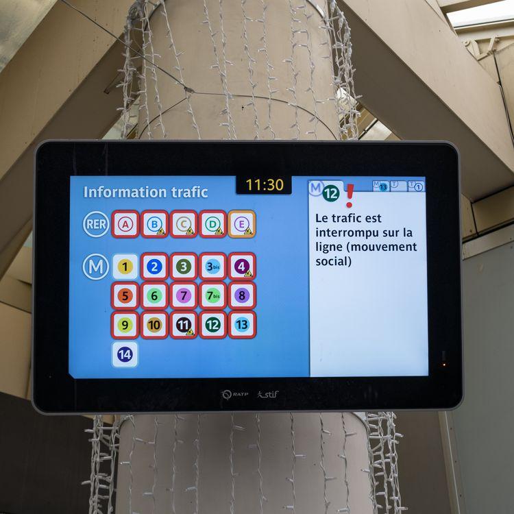 Un écran indiquant les perturbations sur les lignes de métro, le 5 décembre 2019, à Paris. (SEVERINE CARREAU / HANS LUCAS / AFP)