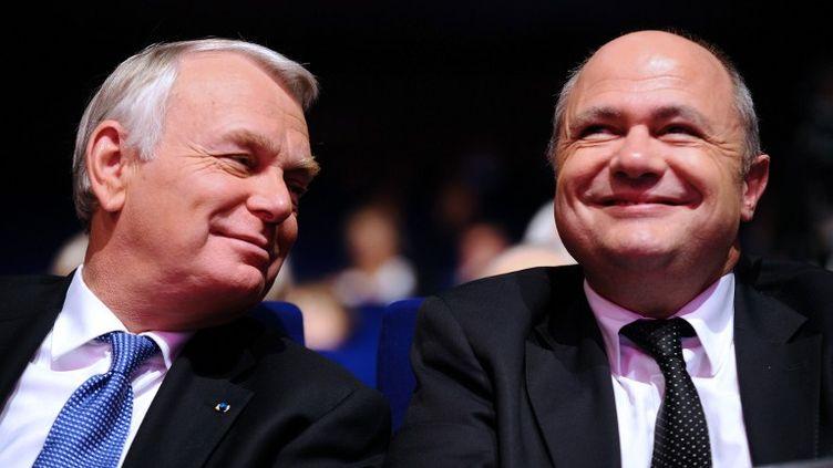 Le Premier ministre Jean-Marc Ayrault (à g.) et le chef de file des députés socialistes Bruno Le Roux à Bordeaux (Gironde) le 24 septembre 2013. (NICOLAS TUCAT / AFP)