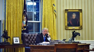 Samedi 28 janvier 2017, depuis la Maison Blanche à Washington, Donald Trump s'est entretenu avec plusieurs dirigeants, dont François Hollande, Angela Merkel etVladimir Poutine. (MANDEL NGAN / AFP)