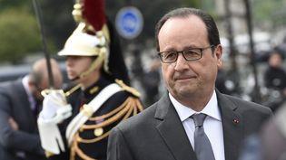 Le président de la République, François Hollande, arrive devant la statue du Général de Gaulle, sur les Champs-Elysées à Paris, le 8 mai 2015. (LOIC VENANCE / AFP)
