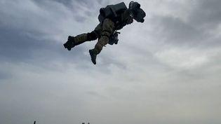 Royaume-Uni : des soldats de la Royal Navy testent une technologie de jet pack (France 2)