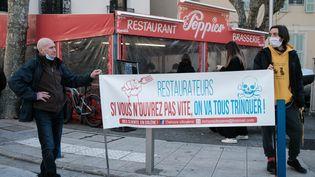 Le restaurant Le Poppies ouvre ses portes aux clients le 27 janvier 2021 à Nice (Alpes-Maritimes), malgré l'obligation de fermeture du fait de l'épidémie de Covid-19. (JEAN-BAPTISTE PREMAT / HANS LUCAS / AFP)