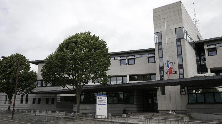 Le commissariat de Mantes-la-Jolie, dans les Yvelines. (THOMAS SAMSON / AFP)