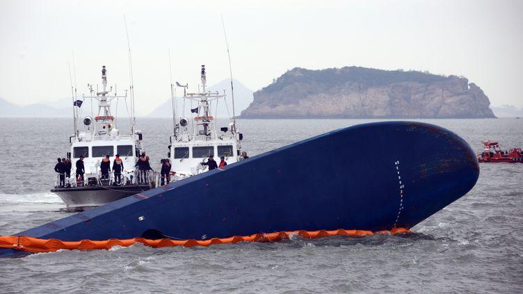 Le 17 avril 2014.l'épave du ferry près de l'ïle deJeju à Jindo en Corée du sud (ED JONES / AFP)