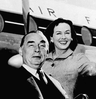 Erich Maria Remarque et l'actrice américaine Paulette Goddard (ancienne épouse de Charlie Chaplin) annoncent leur mariage le 21 octobre 1957. (AFP - STAFF)
