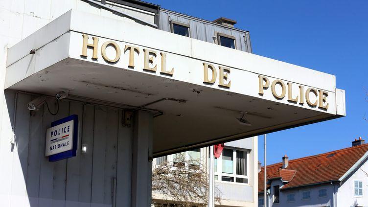 L'entrée du commissariat de Montbéliard dans le Doubs, en mars 2019 (image d'illustration). (LIONEL VADAM  / MAXPPP)