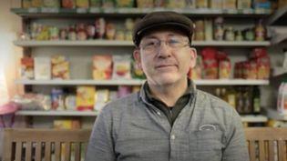 Il y a quatre ans, FranckMonnourya décidé de changer de vie.Il quitte la région parisienne et le graphisme pour ouvrir une épicerie dans un village de l'Allier.Portrait. (France Info)
