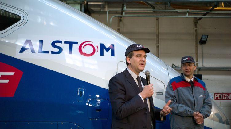 Le ministre du Redressement productifArnaud Montebourg le 22 mars 2013 dans une usine Alstom de Belfort. (SEBASTIEN BOZON / AFP)