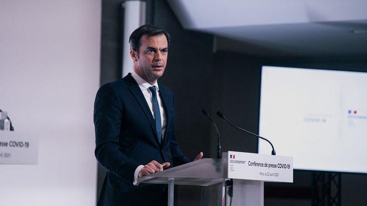 Olivier Véran donne une conférence de presse sur la situation épidémique en France, le 22 avril 2021 à Paris. (CHRISTOPHE MICHEL / HANS LUCAS / AFP)