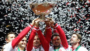 Les Suisses Marco Chiudinelli, Roger Federer, Severin Luthi, Stanislas Wawrinka et Lichael Lammer, soulève la Coupe Davis dimanche 23 novembre 2014, à Villeneuve d'Ascq, près de Lille (Nord). (PHILIPPE HUGUEN / AFP)