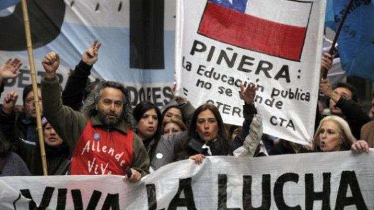 Des enseignants chiliens manifestants devant le consulat Chilien à Buenos-Aires, le 9 août 2011 (AFP/JUAN MABROMATA)