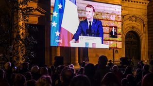 Un rassemblement sur la Place de la Sorbonne pour assister à l'hommage rendu à Samuel Paty, le mercredi 21 octobre. (BERTRAND GUAY / AFP)