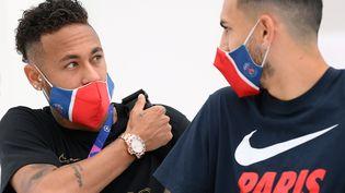 Les joueurs du club de foot parisien Paris Saint-Germain  Neymar (à gauche) etquittent leur hôtel à Lisbonne, le 20 août 2020. (LLUIS GENE / AFP)
