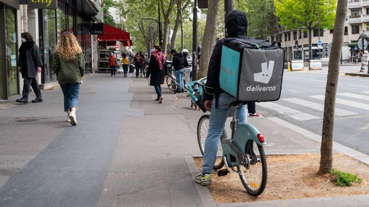 Illustration d'un livreur à vélo Deliveroo, à Paris en avril 2021. (RICCARDO MILANI / HANS LUCAS)
