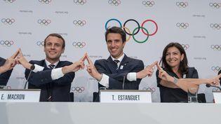 Emmanuel Macron, Tony Estanguet et Anne Hidalgo (de gauche à droite), le 11 juillet 2017 à Lausanne (Suisse). (SEBASTIEN BOZON / AFP)