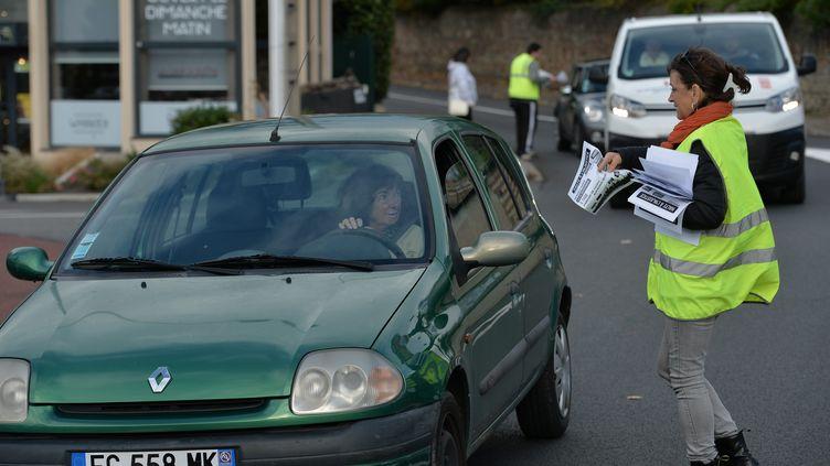 """Les """"gilets jaunes"""" se sont mobilisés une semaine avant leur grand rassemblement, pour tracter auprès des automobilistes, comme en Auvergne-Rhône-Alpes. (PHOTO FR?D?RIC CHAMBERT / MAXPPP)"""
