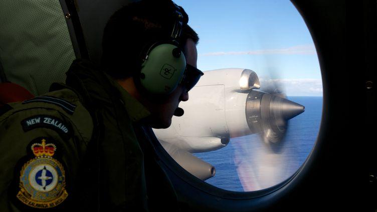 Un membre de l'armée de l'air néo-zélandaise participe aux opérations de recherche du vol MH370 de Malaysia Airlines, au large de l'Australie, le 11 avril 2014. (RICHARD WAINWRIGHT / POOL / AFP)