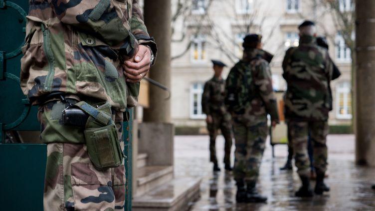 Des militaires en poste dans le cadre du plan Vigipirate, à Lyon, en janvier 2015. (NICOLAS LIPONNE / CITIZENSIDE.COM / AFP)