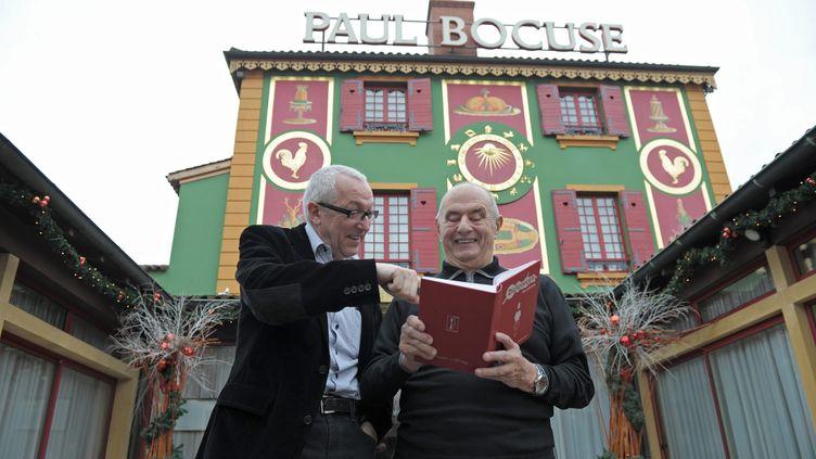 Jean-François Mesplède (G) et Paul Bocuse (D) devant le restaurant de Collonges-au-Mont-d'Or, le 13 janvier 2011. (AUGROS PIERRE / MAXPPP)