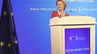 La présidente de la Commission européenneUrsula von der Leyen à Ankara, le 6 avril 2021. (ADEM ALTAN / AFP)