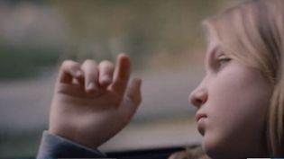 """Un père qui se retrouve seul, après le départ de sa femme, pour élever ses deux filles en pleine crise de l'adolescente : c'est le scénario du film """"C'est ça l'amour"""", de Claire Burger. (FRANCE 3)"""