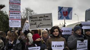 Des membres de l'Associationfrançaise des malades de la thyroïde manifestent contre la nouvelle formule duLevothyrox, àBourgoin-Jallieu, le 3 novembre 2017. (ROMAIN LAFABREGUE / AFP)
