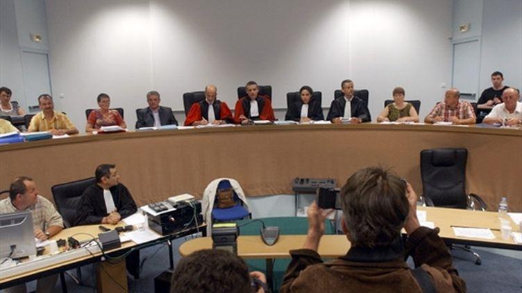 La cour et les jurés à l'intérieur de la salle d'audience, le 18 Juillet 2005 au palais de justice d'Angers. (AFP - Alain Jocard)