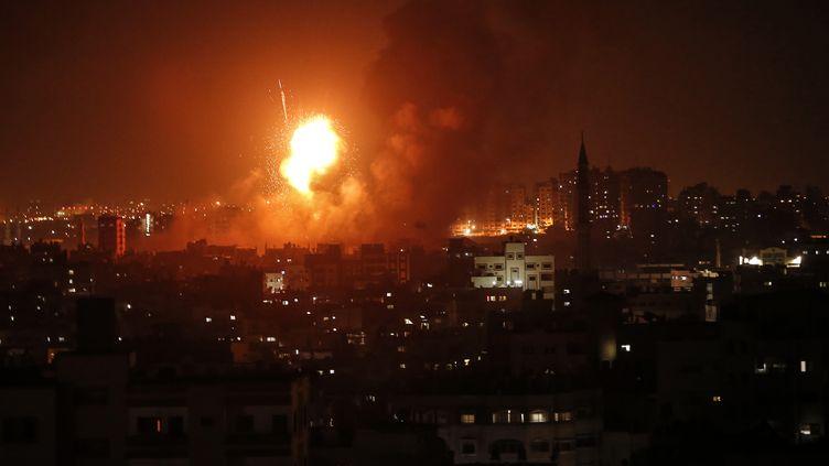 Une explosion après un raid de l'armée israëlienne au dessus de Gaza, le 8 août 2018. (MAHMUD HAMS / AFP)