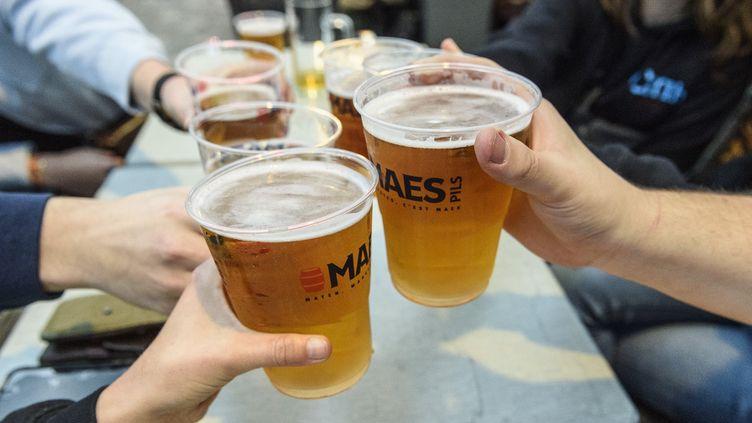 Tournée de bières dans un bar (illustration). (JEAN-MARC QUINET / MAXPPP)