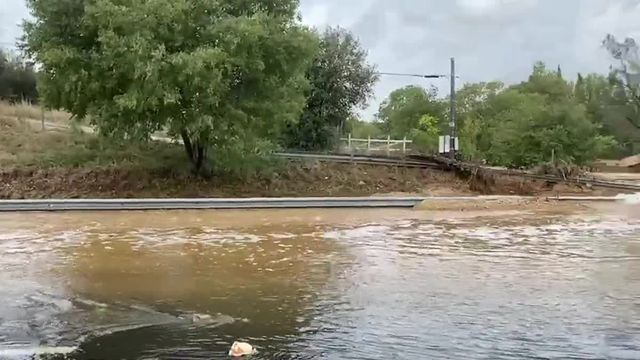 Des voitures bloquées par les inondations sur l'A9