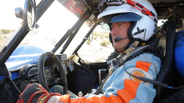 Hubert Auriol au départ de la 6e étape entre Boulanouar (Maroc) et Guelb Agantour (Mauritanie) de la troisième édition de l'Africa Eco Race, le 4 janvier 2011. (FREDERICK FLORIN / AFP)
