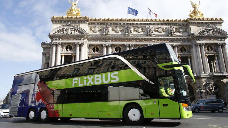 Un car Flixbus devant le Palais Garnier à Paris. (THOMAS SAMSON / AFP)