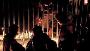 Des Iraniens allument des bougies à la mémoires des victimes du crash d'un avion de ligne ukrainien abattu par l'armée iranienne, le 11 janvier 2020 à Téhéran (Iran). (ATTA KENARE / AFP)