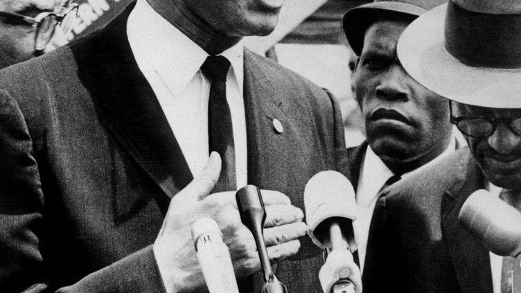 Malcolm X arrive à l'aéroport de Washington DC, aux Etats-Unis, le 9 mai 1963. (UPI-AFP ARCHIVES)