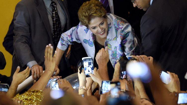Accueillie par de nombreux suppporters, Dilma Rousseff a transformé cette réunion sur la santé en tribune politique pour qualifier de «coup d'Etat» la procédure de destitution lancée contre elle, le 2 décembre 2015,par le président ultra-conservateur de la Chambre des députés, Eduardo Cunha. Ce jour-là, la présidente n'avait pas tardé à faire connaître son «indignation» et précisé que «les arguments qui motivent cette demande sont inconsistants et sans aucun fondement. Je n'ai commis aucun acte illicite et aucune suspicion de détournements publics ne pèse contre moi» a-t-elle déclaré.  Depuis son élection en février 2015 à la tête de l'Assemblée, Eduardo Cunha, député évangélique ultra-conservateur, a adopté une attitude résolument hostile à Dilma Rousseff. Une hostilité encore renforcée depuis sa propre mise en accusation au mois d'août pour «corruption» et «blanchiment» dans le scandale du géant public pétrolier Petrobras.  A seulement huit mois du coup d'envoi des JO-2016 de Rio de Janeiro, sous les effets conjugués de la triple crise politique, économique et morale, le Brésil risque bien de sombrer désormais dans la paralysie. La procédure demandée par l'opposition va prendre du temps et son issue est certaine. De quoi déboussoler un peu plus les 202 millions de Brésiliens au moment où ils ont le plus besoin d'un solide leadership. (Evaristo SA / AFP)