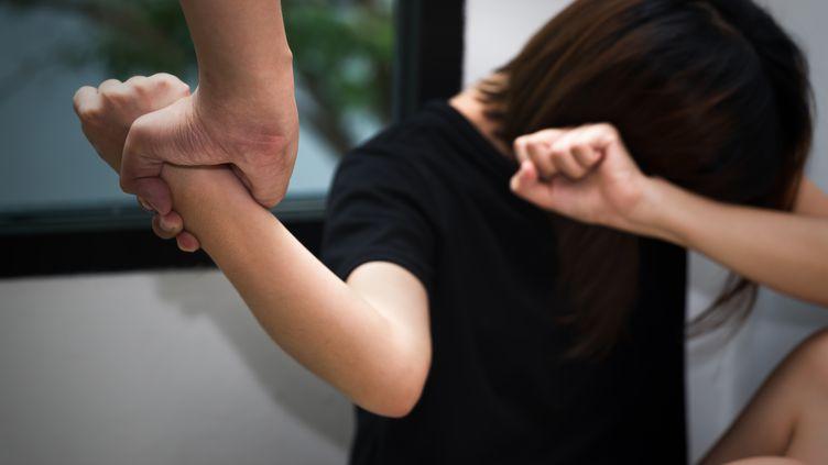 Un homme bat sa femme dans cette reconstitution d'une scène de violence conjugale. (KITTISAK JIRASITTICHAI / EYEEM / GETTY IMAGES)