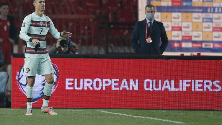 Cristiano Ronaldo, le brassard de capitaine à la main, après son but refusé injustement. (PEDJA MILOSAVLJEVIC / AFP)