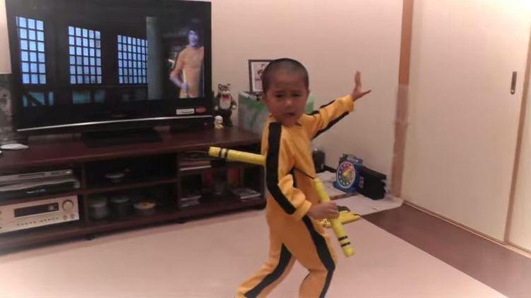 Le petit japonaisRyuji, dans son salon avril-mai 2015 ,habité d'un collant jeune et noir comme Bruce Lee dans le fameux film de 1978, Le jeu de la mort, (BRUCE RYU  / YOUTUBE )