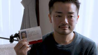 Les papiers d'identité deFumino Sugiyamamentionnent son sexe de naissance, féminin, malgré son apparence masculine. (France 24)