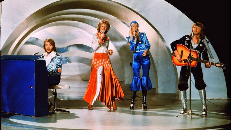 """Abbainterprète """"Waterloo"""" sur scène, le 9 février 1974, lors du concours de l'Eurovision, à Brighton (Royaume-Uni). (OLLE LINDEBORG / SCANPIX SWEDEN / AFP)"""