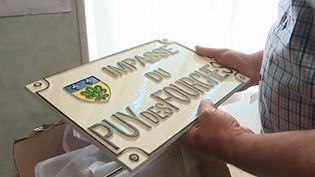 Les nouvelles plaques d'adresse de la commune deMarcolès (Cantal). (FRANCE 3)
