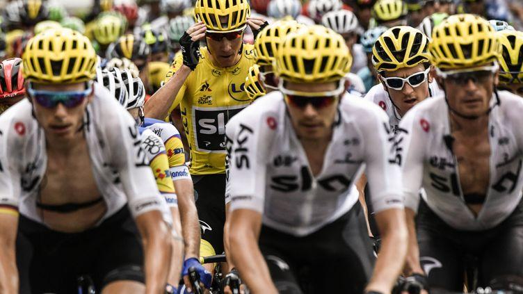Geraint Thomas, au second plan avec les lunettes blanches,ne pourra plus épauler Chris Froome chez les Sky durant ce Tour 2017