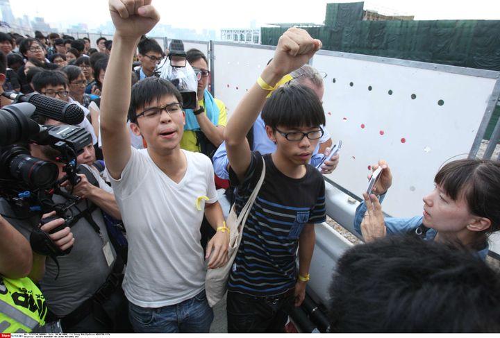 Joshua Wong (à droite)lors de la fête nationale chinoise, le 1er octobre à Hong Kong. (SIPA)