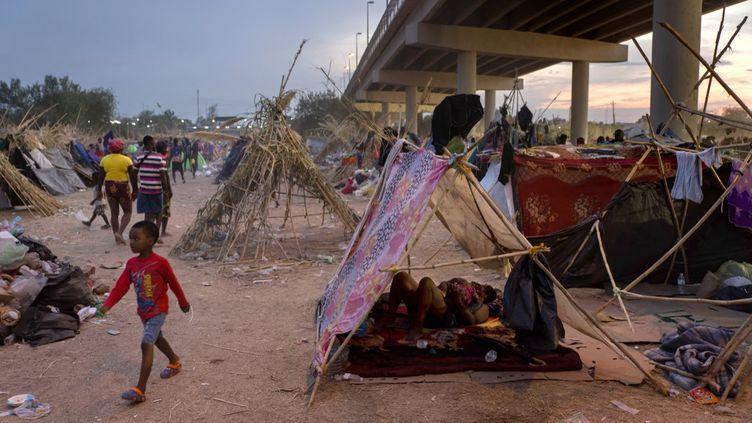 Plus de 15 000 migrants dont la plupart sont d'origine haïtienne, se sont installés dans uncampà la frontière américano-mexicaine, à Del Rioau Texas. Photo prise le 21 septembre 2021. (JOHN MOORE / GETTY IMAGES NORTH AMERICA)