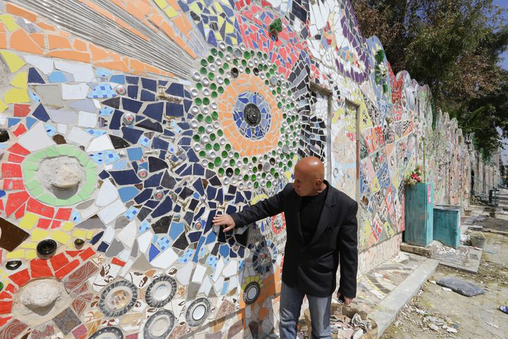 Moaffak Makhoul devant sa gigantesque fresque murale à Damas, le 31 mars 2014.  (Louai Beshara / AFP)