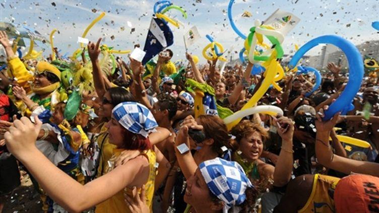 La joie sur la plage de Copacabana à l'annonce de la victoire du Brésil pour les JO d'été de 2016 (© AFP/VANDERLEI ALMEIDA)