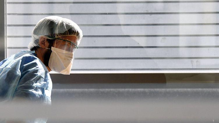 Un infirmier avec un masque, le 19 mars 2020. (HUGO PASSARELLO LUNA / HANS LUCAS)