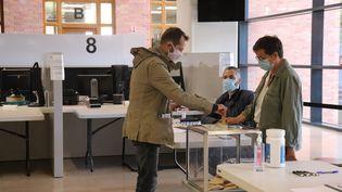 Un bureau de vote de Lille, dimanche 28 juin 2020. (FRANCOIS CORTADE / FRANCE-BLEU NORD)