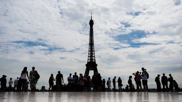 La mise en place de la clôture de la tour Eiffel sera achevée en juillet 2018, sans nécessiter la fermeture du site. (MAXPPP)
