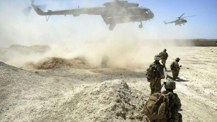 Des membres des forces spéciales australiennes attendent l'arrivée de deux hélicoptères en Afghanistan, le 8 juillet 2011. (AP / SIPA)